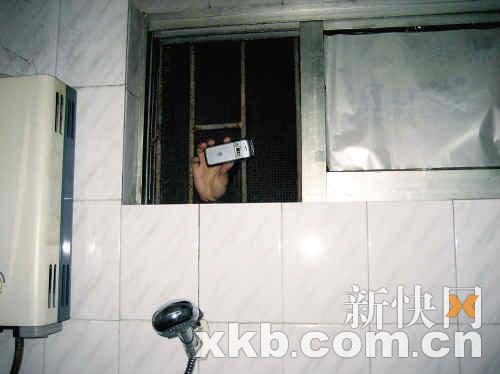 事主家的洗澡间窗户有个洞,刚好够伸进一只手。钟起龙/摄