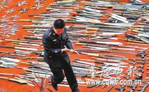 昨日上午9时,警方收缴的22835把管制刀具被送入大渡口区重钢炼钢车间,瞬间化成了铁水。记者 吴子敬