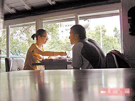 桂纶镁(左图左)和戴立忍甜蜜用餐,她贴心帮男友夹菜,要他多吃点