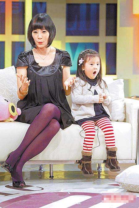 贾静雯(左)复出拍戏,最放心不下的就是女儿