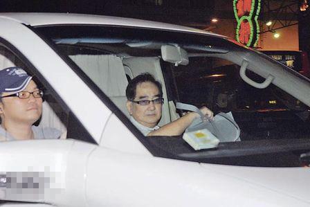 由于太多记者追访黎姿与她母亲,不慎推倒化妆品