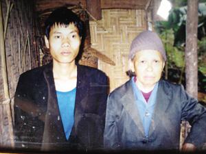 蓝秀莲与韦桂祥当年结为夫妻时的合影(翻拍)