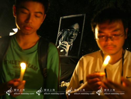 2008年10月21日晚,上海大学宝山校区下沉式广场上亮起烛光点点