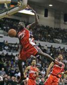 图文:[NBA]湖人VS山猫 扣篮王风采依旧