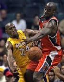 图文:[NBA]湖人VS山猫 科比单打奥卡福