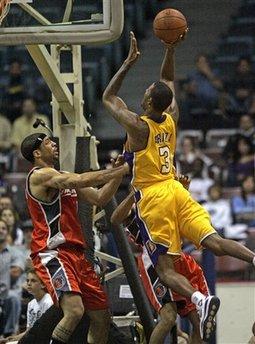 图文:[NBA]湖人VS山猫 阿里扎漂移抛投