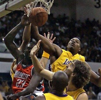 图文:[NBA]湖人VS山猫 拜纳姆扇飞理查德森