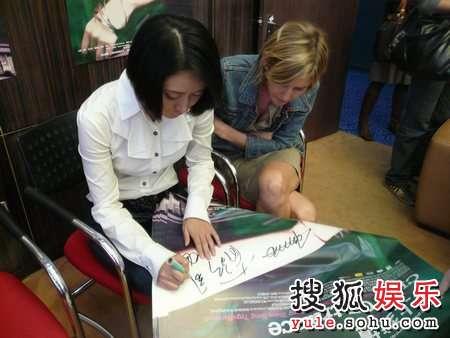 张恒为电影海报签名