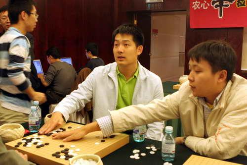 常昊与彭荃一起研究比赛