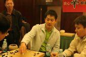 图文:第二局三国棋手研究热情高 常昊关注比赛