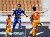 图文:[中超]青岛0-0河南 像刘翔一样去跳跃