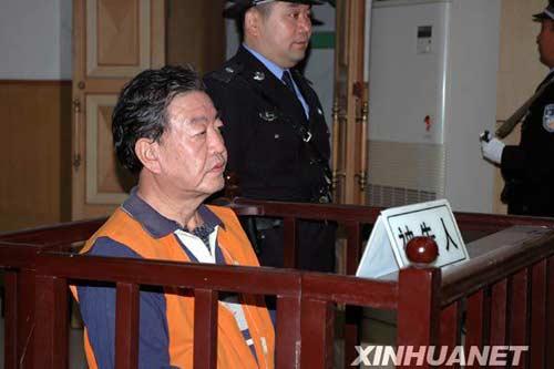 王效金_10月16日,王效金坐在被告席上听法官宣读判决结果.