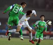 图文:[中超]北京2-1长春 徐云龙拼抢