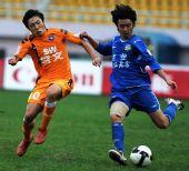 图文:[中超]青岛0-0河南 刘宇拼抢