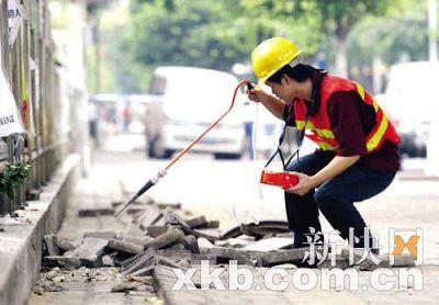煤气公司的工作人员在现场检测煤气是否泄漏。黎湛均/摄