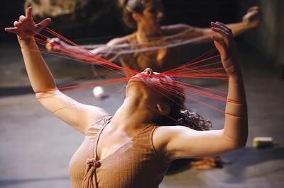 来自以色列的《蝴蝶》通过肢体表现,呈现出女人完整的、充满了欲望、爱、欢欣与痛苦的生命过程