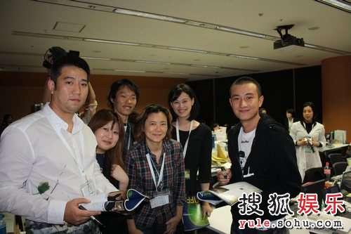 文章和东京电影节所有的工作人员在一起
