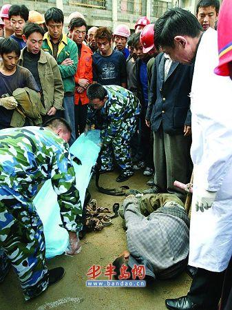 男子被急救人员抬走。