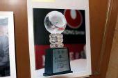 图文:比赛大厅展出历届比赛图片 冠军奖杯