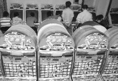 理发店老板残忍杀害游戏机室3名服务员-男子赌博机上输光钱 电击刀砍