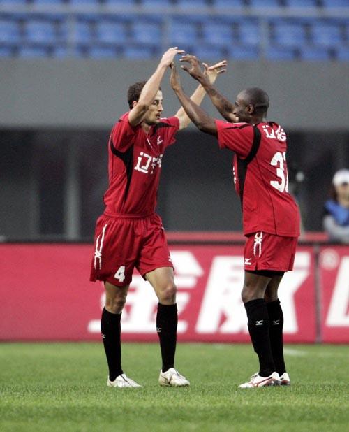 图文:[中超]第23轮进球回放 罗曼庆祝进球