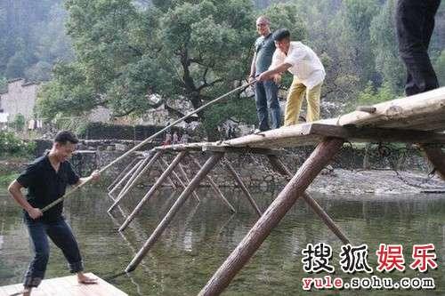 张译李晨水边打闹