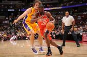 图文:[NBA]湖人VS山猫 加索尔积极防守
