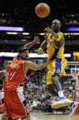 图文:[NBA]湖人VS山猫 奥多姆突破分球