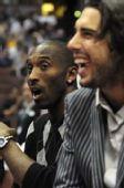 图文:[NBA]湖人VS山猫 替补席上的大腕儿们