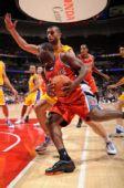 图文:[NBA]湖人VS山猫 菲尔顿内线犀利突破