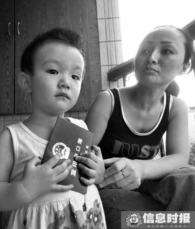 重点1   焦女士目前持有的还是蓝印户口,这给她女儿的医疗和上学带来了极大的不便。信息时报记者 郑启文 摄