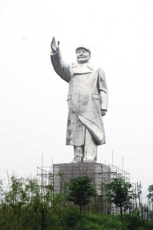 一座高20.6米,重46吨的毛主席塑像矗立在重庆医科大学大学城校区 本组图片均由本报记者 吴小川 摄