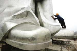 工人正在给雕像做清洁