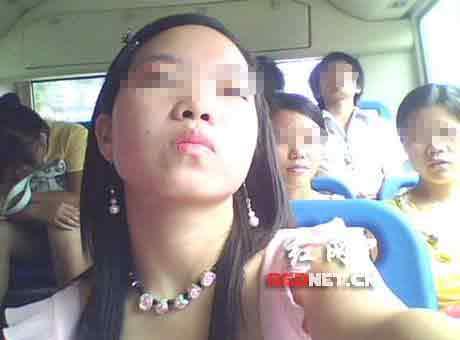 """网友""""冷秋香""""在公交车上,仰望45°的自拍。"""