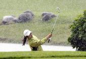 图文:大新华航空LPGA次轮 吴智英在大雨中挥杆