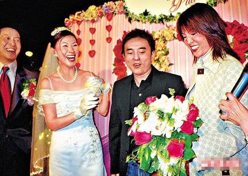 寇鸿萍03年结婚时,好姐妹郑裕玲虽然接到花球,但她却坚持不婚