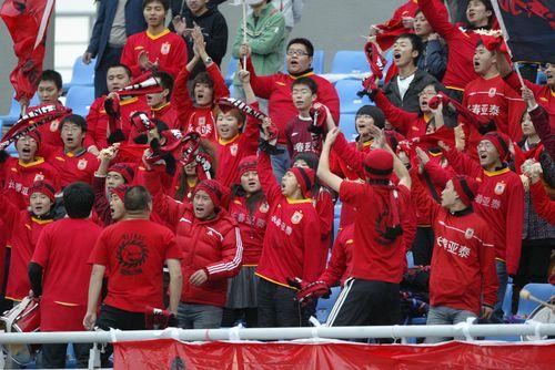 图文:[中超]辽宁VS长春 红色拉拉队方阵