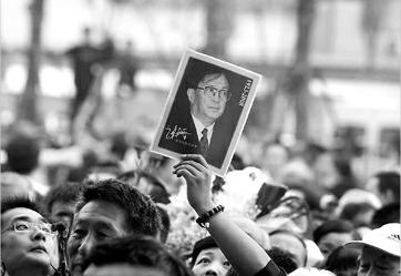 众多市民在龙华殡仪馆外等待入场向谢老告别。