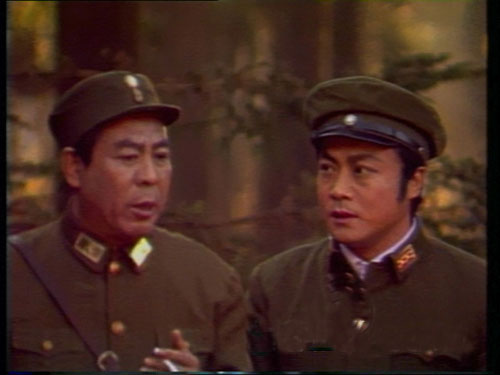 《敌营十八年》中基本上都是这样的半身镜头