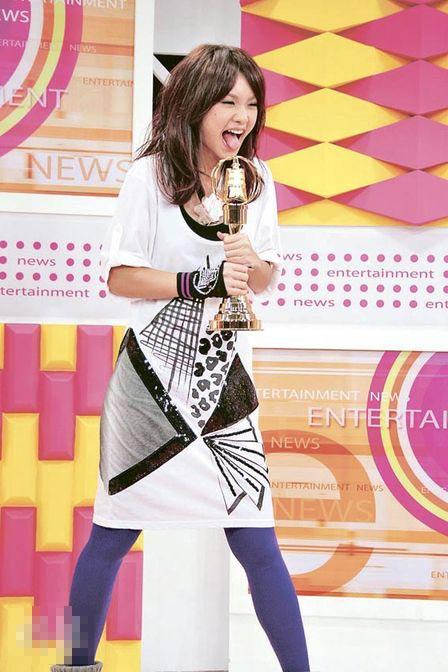 杨丞琳凭《换换爱》竞逐女主角奖,她昨日捧着假奖座也很开心,相信真的得奖时,定必更兴奋