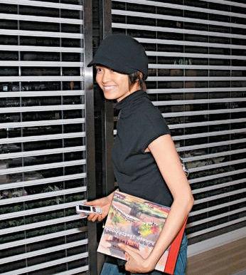 梁咏琪与男伴到电影院看戏,笑容极甜美