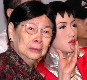 已故艺人梅艳芳之母覃美金。