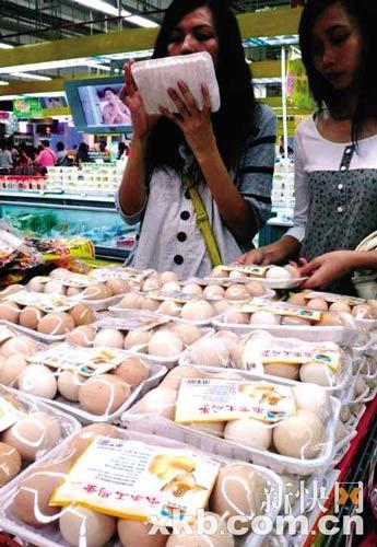 昨天,天河某超市,含有三氯氰氨的鸡蛋经曝光后,买蛋的顾客挑选得更仔细了。王翔/摄