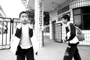 做了手术的学生小杨讲述当时情况  记者 赵锐 摄