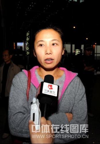 图文:中国短道速滑队载誉返京 速滑主教练李琰