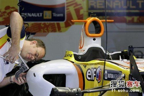 图文:F1巴西站赛前 雷诺技师调校赛车