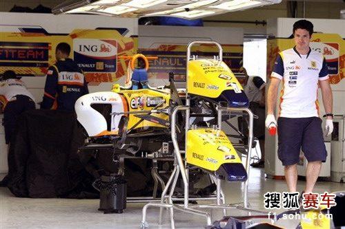 图文:F1巴西站赛前 雷诺车队技师调试赛车