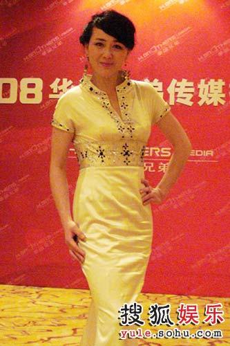 李琳身着珍珠色礼服