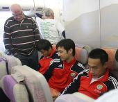 图文:国青转机奔赴沙特 入迷观看