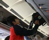 图文:国青转机奔赴沙特 放置行李